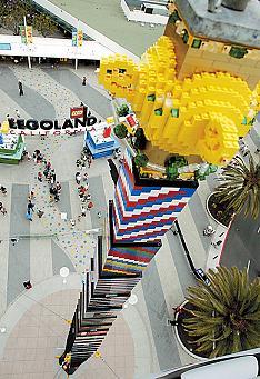 La torre di Lego da 30 metri e 465.000 pezzi!