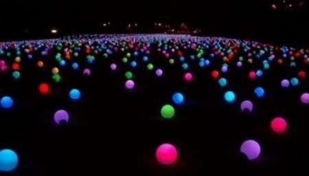 Massimo Silenzio di Giancarlo Neri: sfere LED come opera d'arte