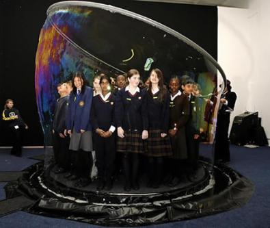 50 bambini in una bolla