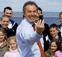 Tony Blair manda il primo sms della sua vita, male