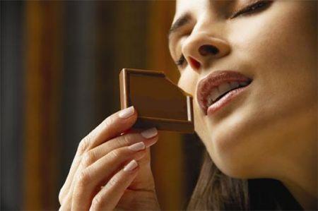 Le donne rivelano le password in cambio di cioccolato