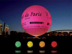 Pallone di Elio sopra Parigi indica il livello di inquinamento