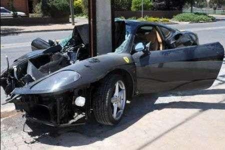 La Ferrari divisa a metà da un palo