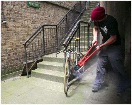 Catena da bici che esplode d'inchiostro se tagliata