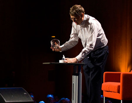 Bill Gates libera zanzare durante conferenza