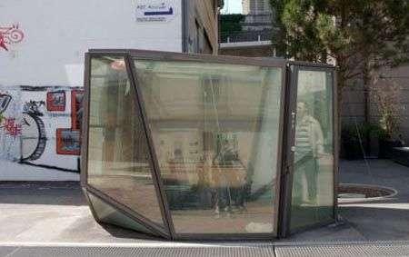 Una toilette pubblica trasparente