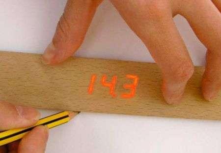 Passa la matita e il righello misura con precisione