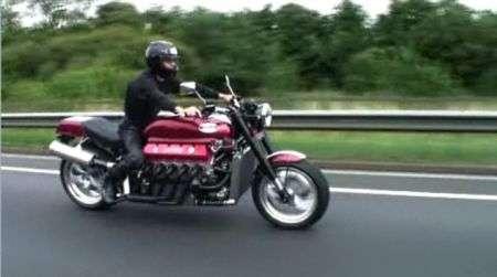 La moto con motore Viper V10