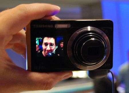 Fotocamera Samsung TL225 doppio display: per maniaci dell'autoscatto