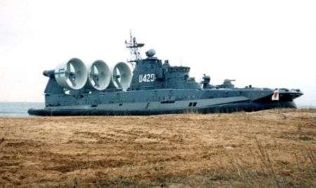 Hovercraft militare in vendita. Cannoni inclusi