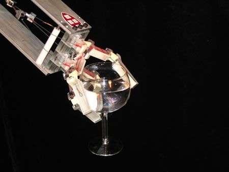 Mano robotica sensibile della Yale University