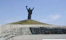 Statua della Madrepatria ucraina cambia torcia
