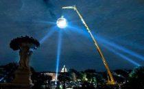 La più grande sfera a specchi da discoteca al mondo, a Parigi