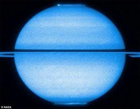 Saturno: le aurore catturate contemporaneamente da Hubble