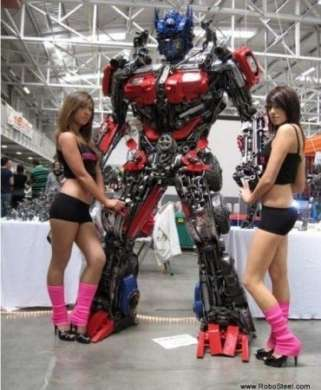 Transformers Optimus Prime alto 2.5 m di metalli riciclati in vendita