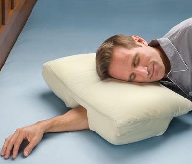 """Il cuscino con """"tunnel"""" per il braccio"""