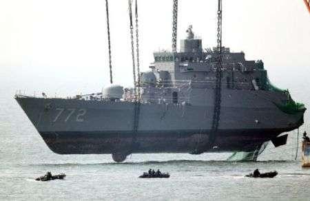 Come recuperare una nave da guerra? Con abnormi catene