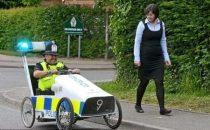 Lauto della polizia a pedali: lhitech ecologico inverso