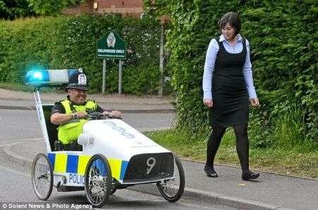 L'auto della polizia a pedali: l'hitech ecologico inverso