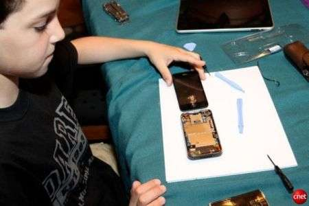 Ragazzino ripara vetro iPhone con 22 dollari, Apple ne chiedeva 200!