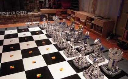 Abnorme scacchiera robotica di LEGO con pezzi moventi!