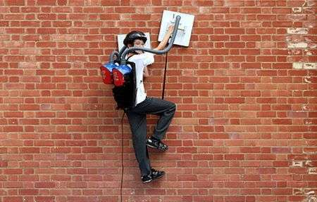 Ragazzino spiderman: aspirapolveri come ventose per scalare i muri, video!