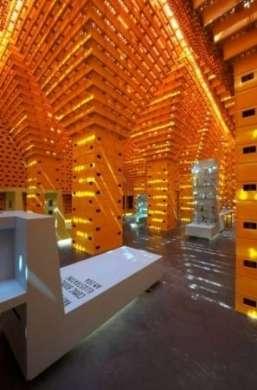 Il tempio della birra, realizzato con 33.000 casse riciclate