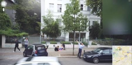 Google Street View fotografa un parto sul marciapiede!
