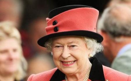 Facebook: ecco anche la Regina Elisabetta e la Famiglia Reale
