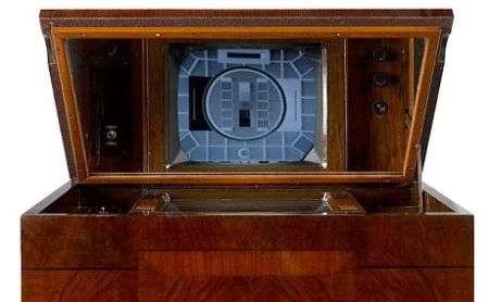 La TV più vecchia al mondo ancora funzionante all'asta a Londra