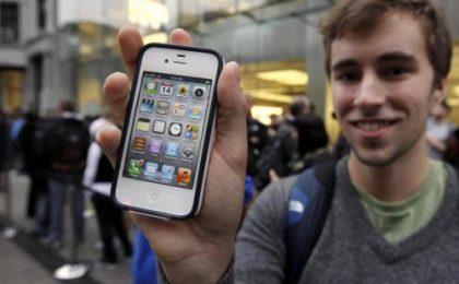 L'uscita di iPhone 4S raccontata da voi, inviateci le foto dalla fila