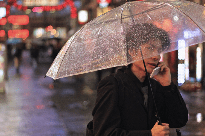 Piove mentre si telefona? Google suggerirà dove comprare ombrelli