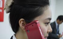 Custodia per cellulari che diffonde suoni attraverso la cartilagine dellorecchio