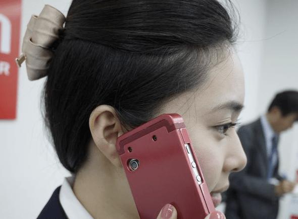 Custodia per cellulari che diffonde suoni attraverso la cartilagine dell'orecchio