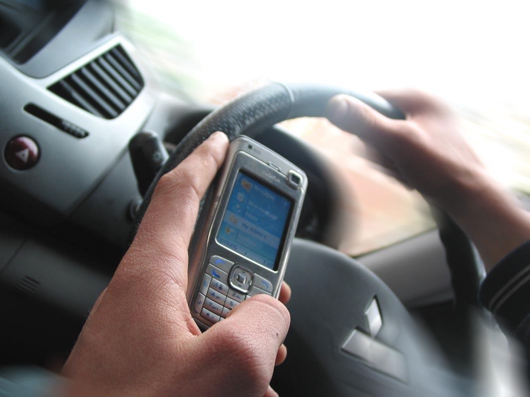 SMS alla guida per oltre la metà dei diciottenni, il rimedio in un'app