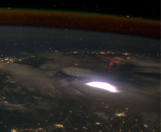 NASA fotografa involontariamente i rarissimi spettri rossi