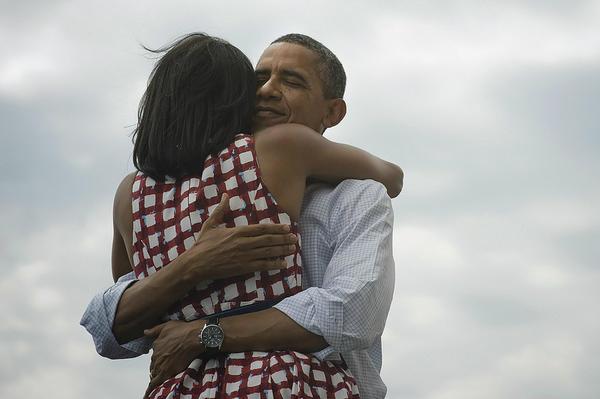 Barack Obama: foto vittoria con Michelle la più re-twittata della storia