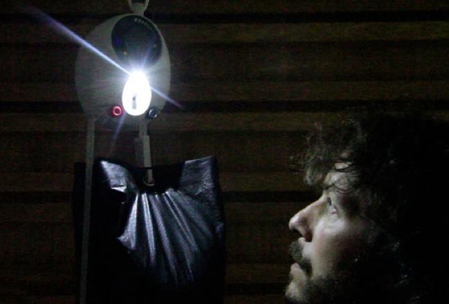 Lampada alimentata dalla gravità, la più ecologica [VIDEO]