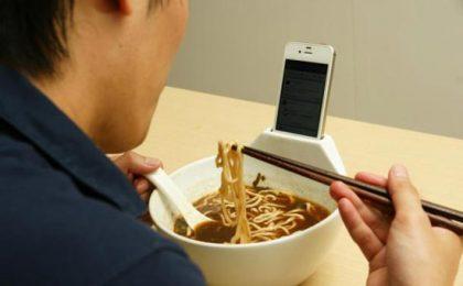 Tazza porta iPhone per mangiare in compagnia, virtuale [FOTO e VIDEO]