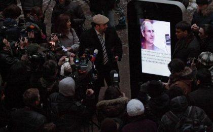 Beatificazione di Steve Jobs: iPhone-memorial gigante in Russia [FOTO]