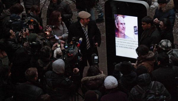 Beatificazione di Steve Jobs: iPhone-memorial gigante in Russia [FOTO]