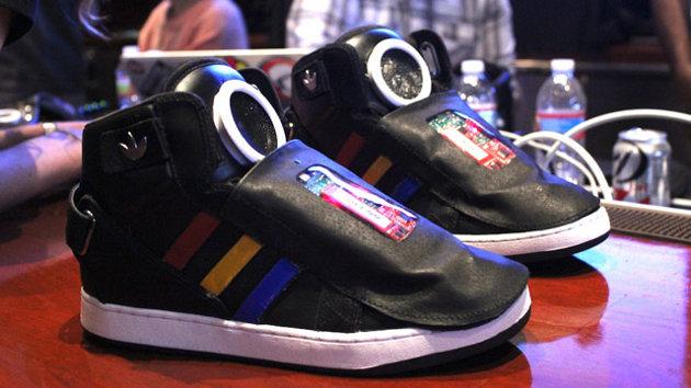 Scarpe Adidas Google controllano quanto sei pigro [VIDEO]