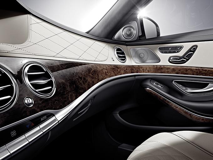 Mercedes Benz Classe S particolare anteriore destro con altoparlanti