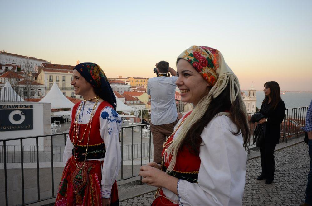 Ragazze in abiti tipici portoghesi
