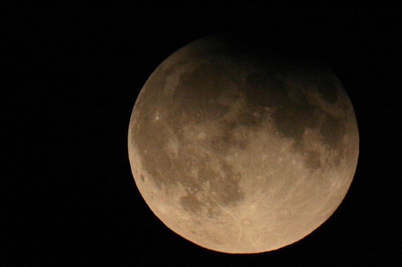 Eclissi di Luna penombrale: come vederla in cielo e online [FOTO]