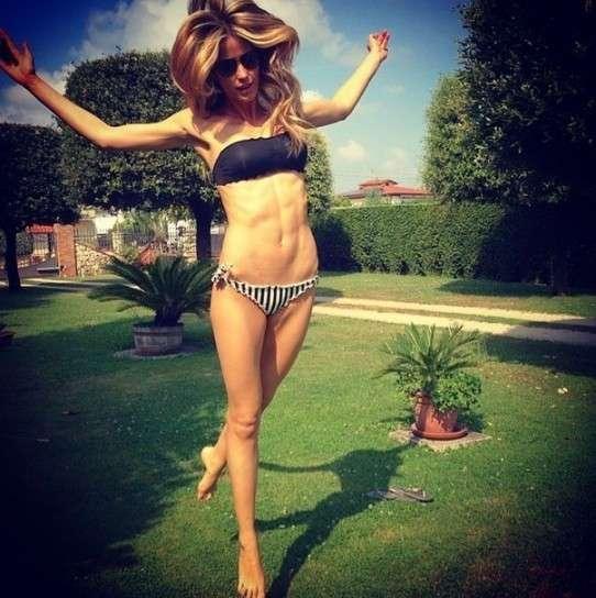 Santarelli su Instagram: le immagini più belle della showgirl [FOTO]