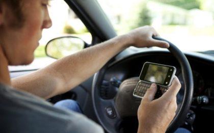 I selfie mentre si guida: il nuovo pericolo mortale