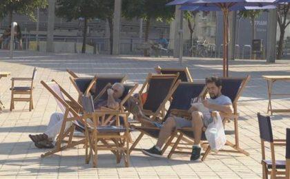 La sdraio solare ricarica l'iPhone anche in spiaggia