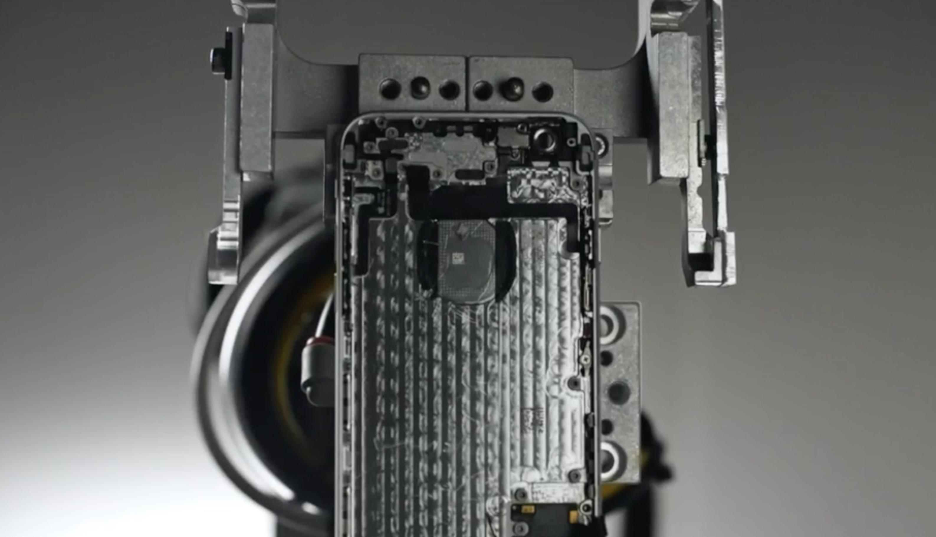 Robot Apple che smonta iPhone