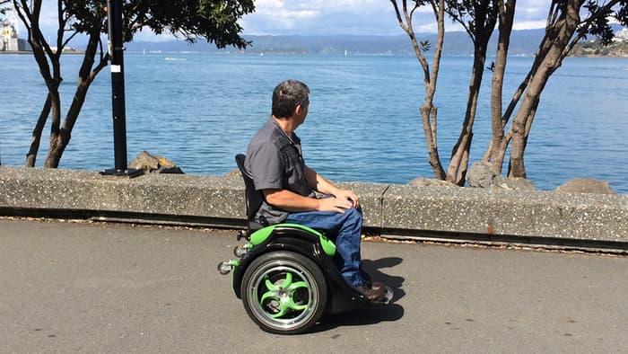La sedia a rotelle autobilanciante che si controlla come for Joystick per sedia a rotelle